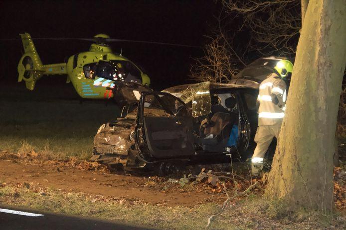 De bestuurder raakte bekneld na de harde klap tegen een boom langs de N301.