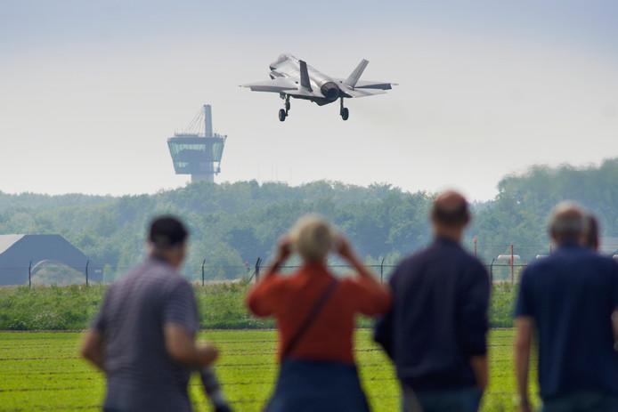 Vliegtuigspotters bekijken de F-35 in Volkel in 2017, toen het toestel er voor het eerst was voor geluidstesten.