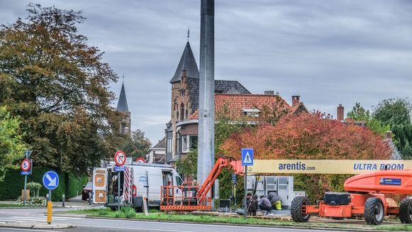 De werken aan de gigantische mast zijn nog bezig.