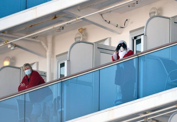 Beelden van het cruiseschip 'Diamond Princess', dat voor de kust van Japan ligt. In tegenstelling tot de Westerdam zijn hier wel verschillende mensen besmet geraakt met het nieuwe coronavirus.