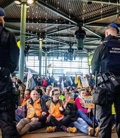 Marechaussee ontruimt Schiphol: zeker 20 activisten Greenpeace opgepakt