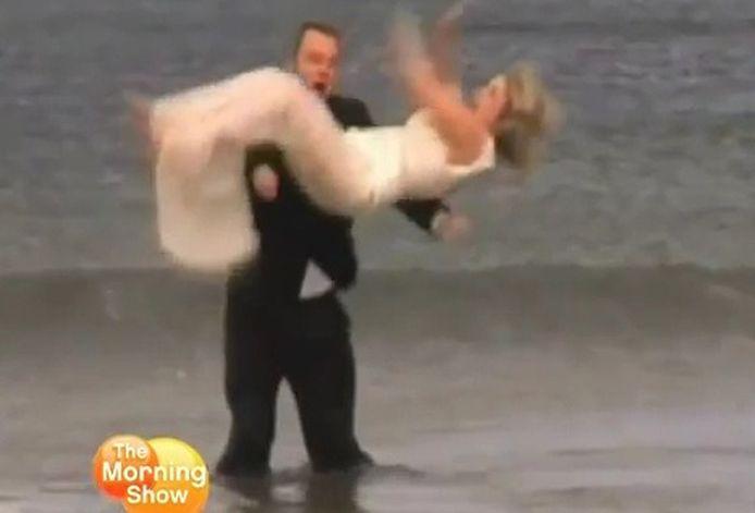 Richard gooit bruid Lysa in de lucht, maar vergeet haar weer op te vangen. © videostill YouTube
