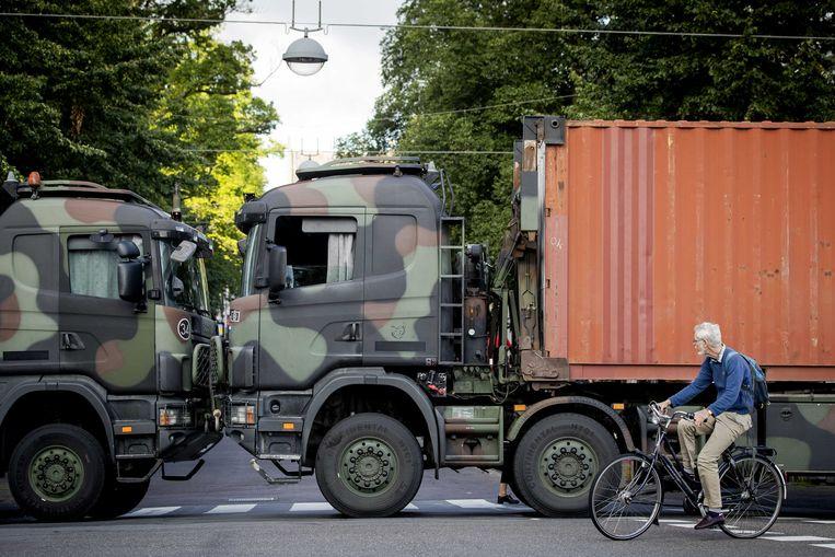 Vrachtwagens van Defensie blokkeren de toegangswegen naar het Binnenhof. Beeld ANP