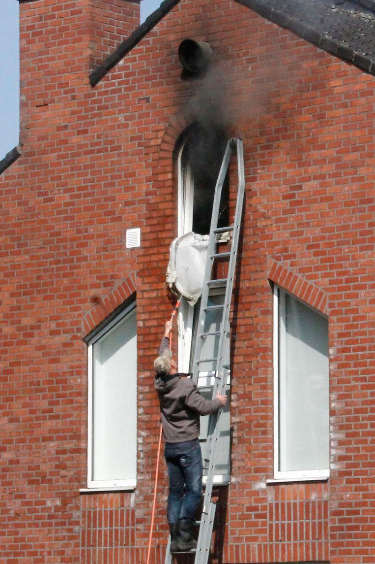 Een buurman hielp de brand blussen met een tuinslang in afwachting van de brandweer.