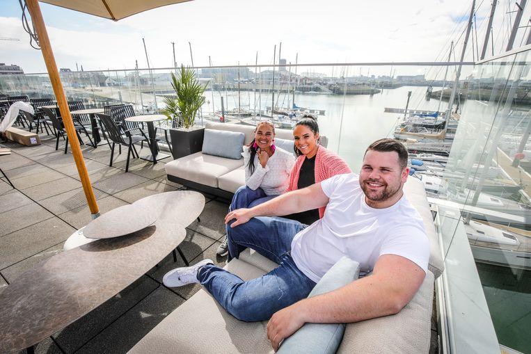 Herlinde Preem, Justine Boylart en Eli Vandersnickt relaxen in de loungezetels, pal aan de jachthaven.