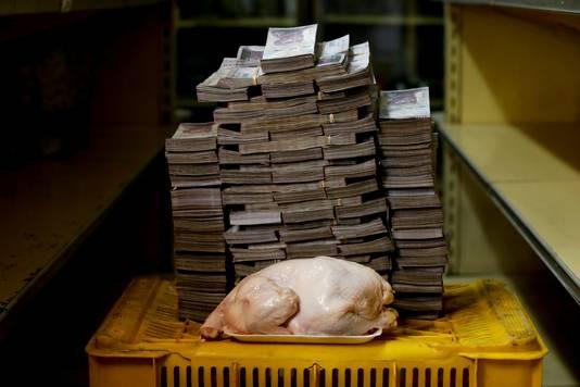 Un poulet de 2,4 kilos = 14.600.000 bolivars A 2.4 kg chicken is pictured next to 14,600,000 bolivars = 1,86 euro (août 2018)