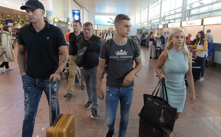 Trossard, met zijn kersverse vrouw Laura Hilven aan de zijde, nam vanmorgen een vlucht richting Londen.