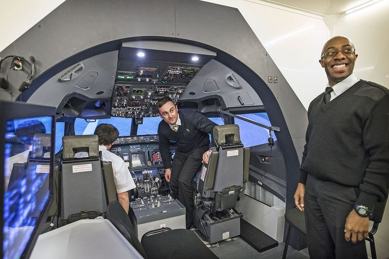 Een Engelse piloot verlaat een Boeing 737-vluchtsimulator bij de pilotenopleiding EPST in Utrecht. Beeld Guus Dubbelman /  de Volkskrant