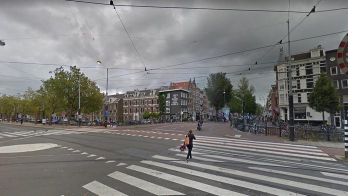Het brede kruispunt met daarover een fietspad, meerdere zebrapaden en een trambaan, wordt door vele Amsterdammers als onoverzichtelijk en gevaarlijk ervaren.