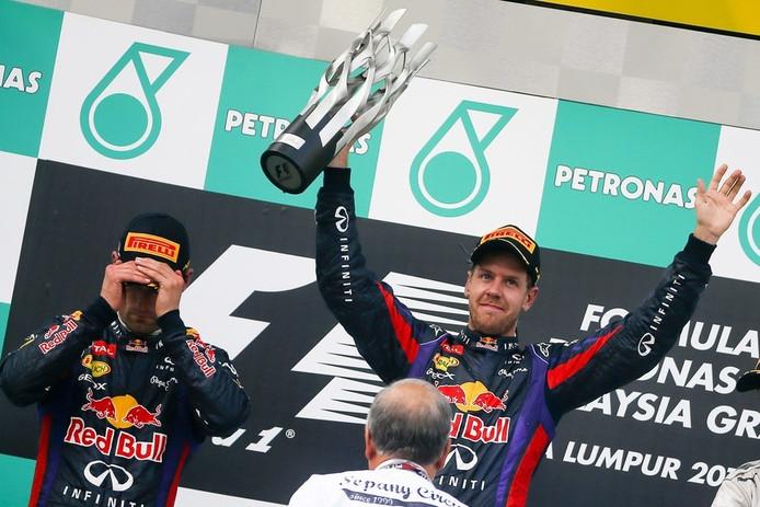 Vettel (rechts) viert zijn zege, zijn ploeggenoot Webber is niet blij.