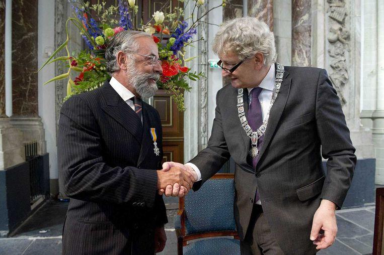 Oscar Hammerstein tijdens zijn benoeming tot Ridder in de Orde van Oranje-Nassau. De advocaat ontving het lintje uit handen van burgemeester Eberhard van der Laan. Beeld null