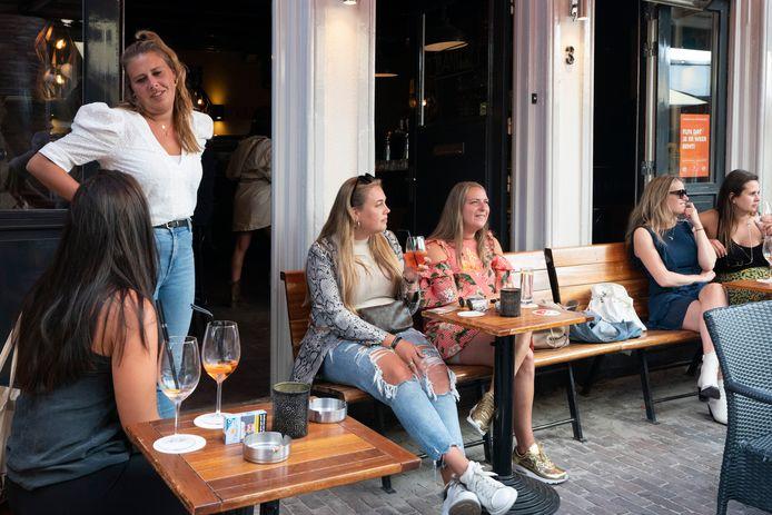 Het terras van restaurant Noemme maandag na de beperkte heropening van 19 horecabedrijven in de Korte Putstraat.
