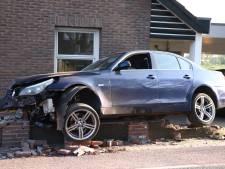 Auto klapt op muur en richt ravage aan in voortuin van woning in Tricht