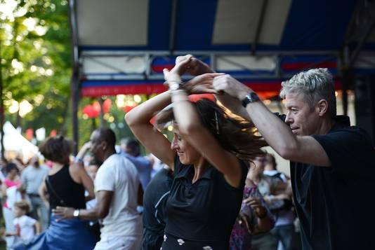 Bij Hennes Latin Stage laat een liveband jong en oud de hele avond swingen op latinklanken onderaan in Het Hunnerpark.