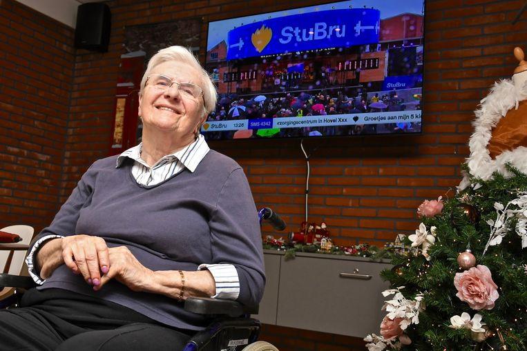 Oma Maria Vanneste volgt vanuit WZC Sint-Henricus de avonturen van haar kleindochter Eva De Roo tijdens de Warmste Week.