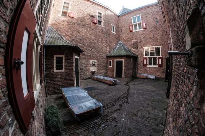 De 'verborgen' binnenplaats van kasteel Huis Bergh. De  deuromlijsting van Bamberger zandsteen uit 1700 ligt nu nog in delen in houten kratten opgeslagen. Het kunstwerk komt op een speciaal frame op de binnenplaats te staan.