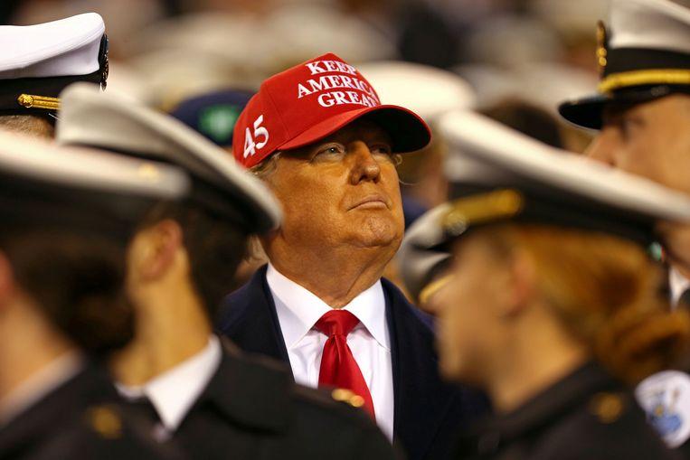President Donald Trump bij een football-wedstrijd tussen een team van de landmacht en de marine. Trump noemde volgens bronnen gesneuvelde Amerikaanse militairen 'losers'.  Beeld USA TODAY Sports