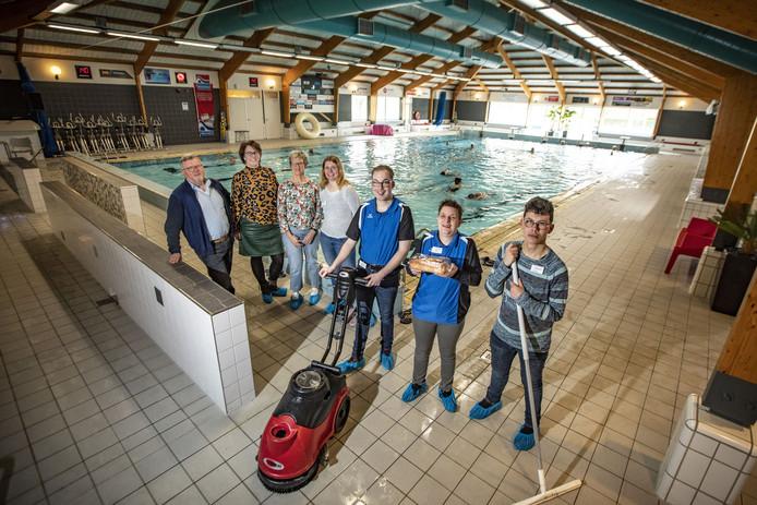 De mensen van het project SamenWerk in zwembad de Vlaskoel, met (v.l.n.r.) Henk Wessels, Leonie Oude Luttikhuis, Els Sander, Manja Löwenthal, Nick Lucas, Hannie Olthof en Wilco Schröder .