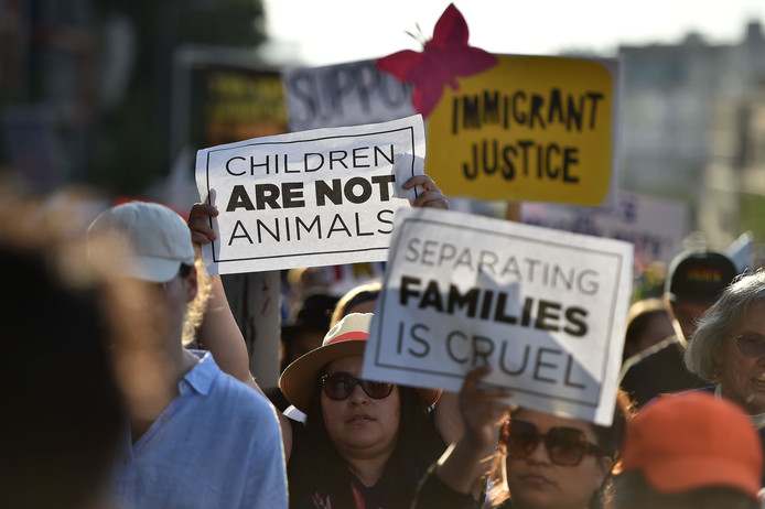 Demonstranten hekelen het beleid van Trump.