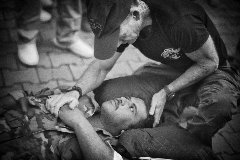 David Eubank bidt voor een gewonde Syrische regeringssoldaat.