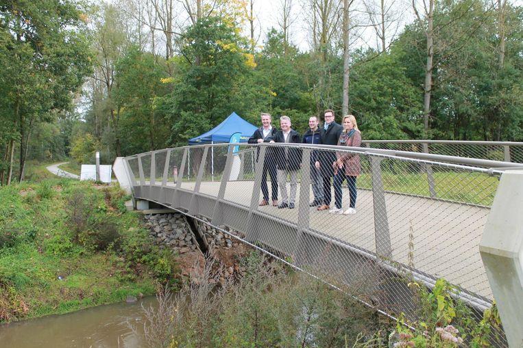 Burgemeester Geert Daems, gedelegeerd bestuurder Chris Danckaerts van W&Z en medewerkers van W&Z poseren op de Liniebrug.