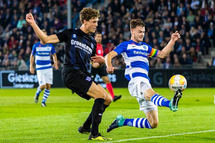 De Graafschap-aanvoerder Bart Straalman komt te laat om de 0-2 van SC Heerenveen-spits Sam Lammers te voorkomen.
