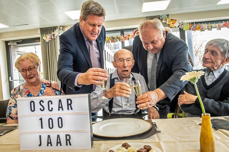 Samen met schepen Bart Wenes en Marc Vanwalleghem klinken op de verjaardag van Oscar.
