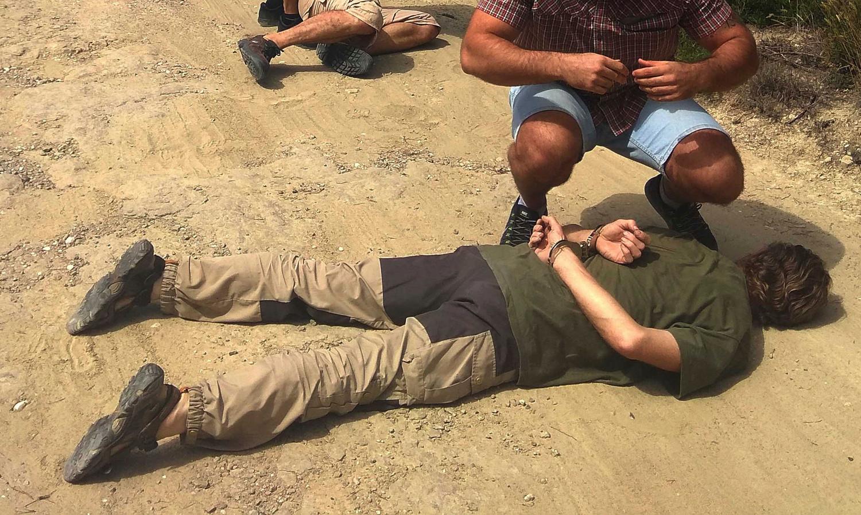 Jos Brech ligt op de grond nadat hij is aangehouden door de Spaanse politie.