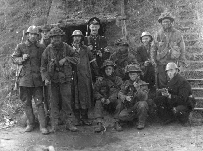 Oost-Souburg, West-Souburg, ná 8 november 1944: Geallieerden met verzetsmensen en een veldwachter in de omgeving van de Kanaalbrug. Tweede van links staat Jac de Smit, opzichter Zeeuws Dagblad. fotograaf onbekend, ZB, Beeldbank Zeeland