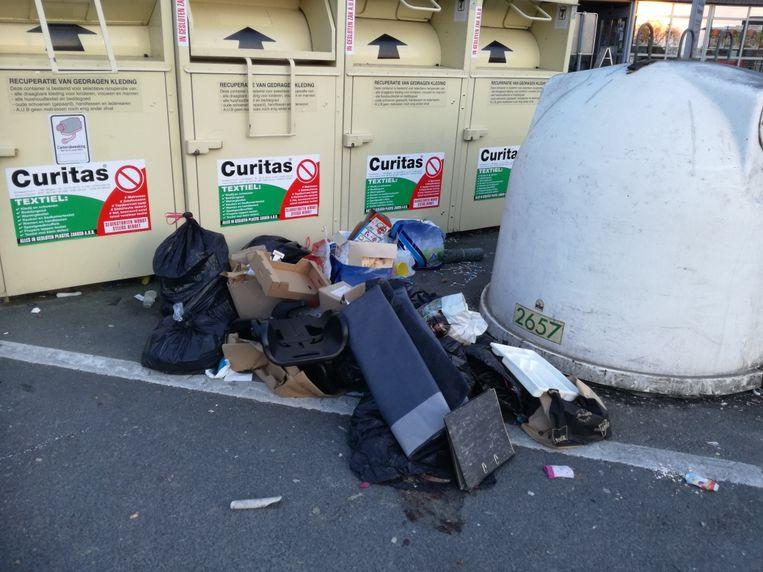 Opnieuw werd er heel wat afval gedumpt voor  de kledingcontainers