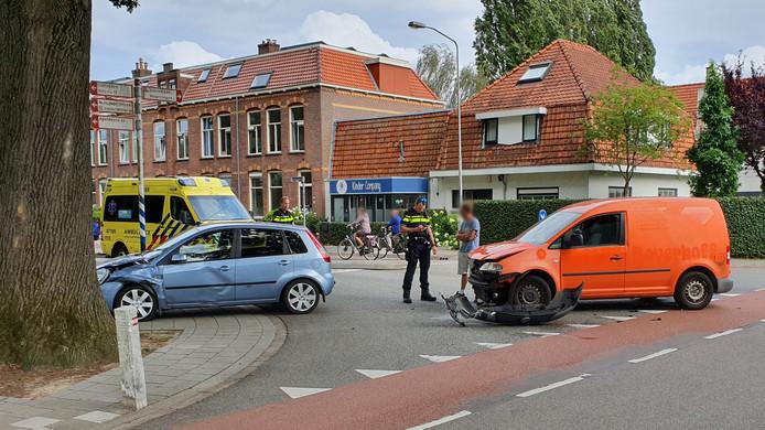 Het ongeval op de kruising van de Stationstraat met de Prins Bernhardlaan in Ede zorgde voor flinke schade.