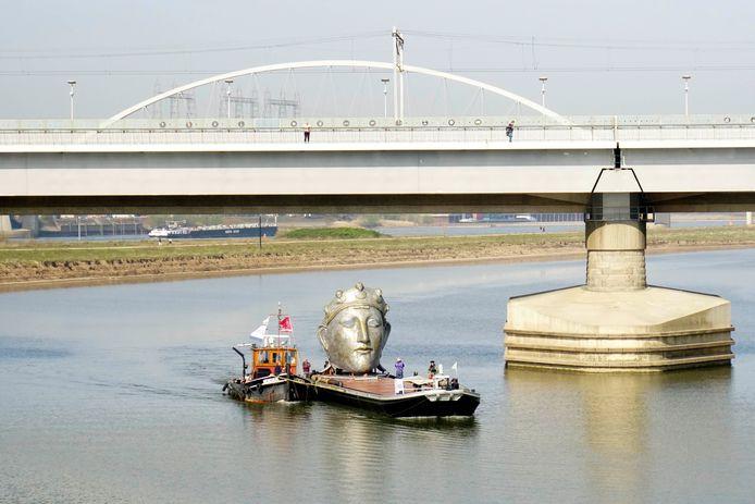 De Hendrik sleept het ponton met daarop het masker de Spiegelwaal op.