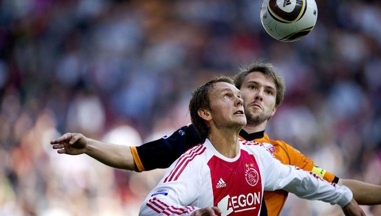 Siem de Jong (L) van Ajax in duel met FC Utrecht-aanvoerder Michael Silberbauer (R). Foto ANP Beeld