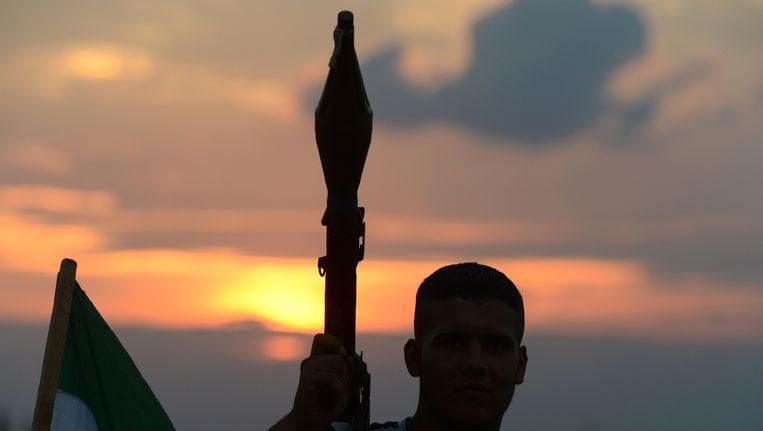 Een Syrische strijder in de door Isis gecontroleerde plaats Minbej (archief) Beeld AFP