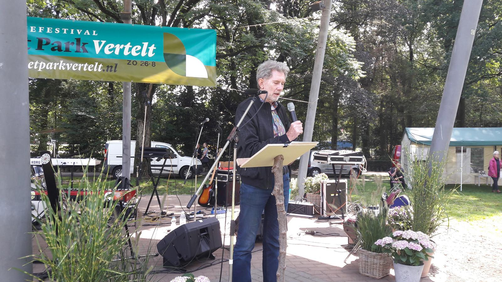 Dorpsdichter Sander Essers bijt het spits af op het Oosterbeekse Poëzie en kunst festival Het Park Vertelt.