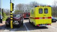 Bestuurster (68) terreinwagen botst op verkeerslicht