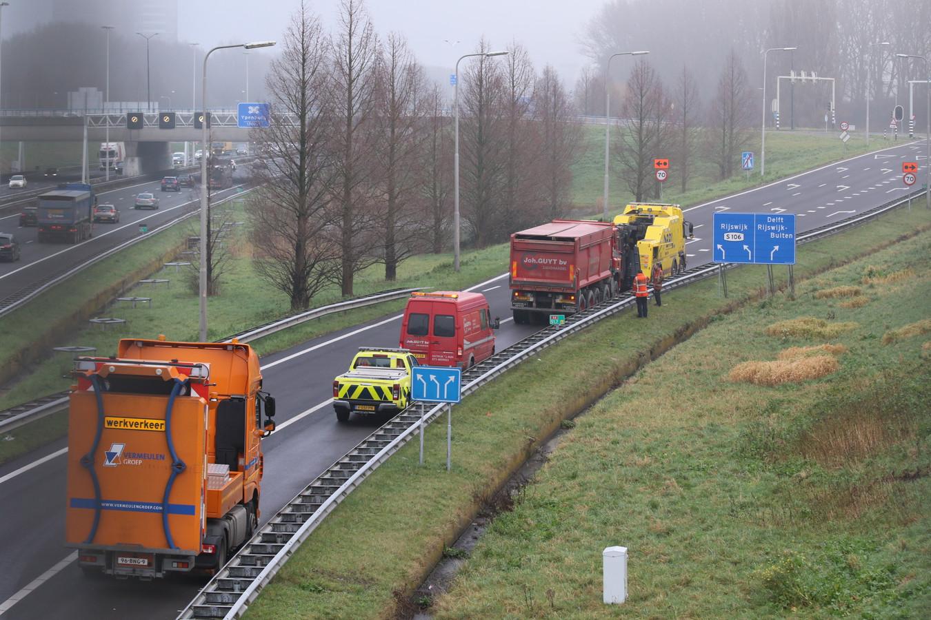 De afsluiting van de afrit 11 Rijswijk door een vrachtwagen met pech.