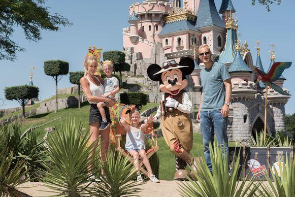 """Het gezin van Annelien en Olivier op de foto met Mickey Mouse. """"Hij blijft toch tot de verbeelding spreken."""""""