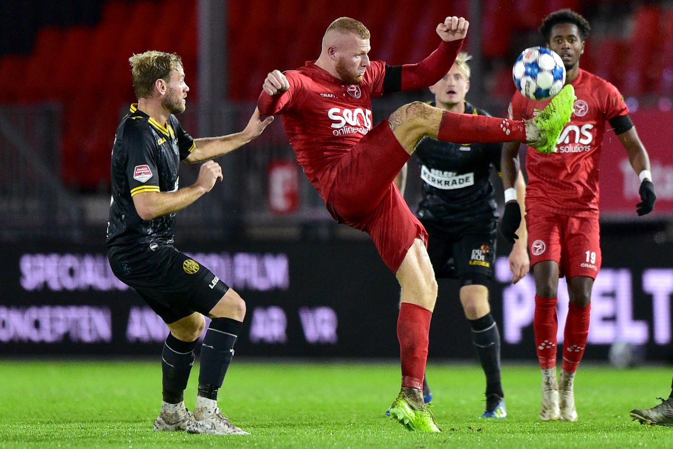 Niek Vossebelt van Roda JC in duel met Thomas Verheijdt van Almere City.