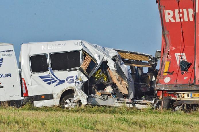 Een vrachtwagen en een busje botsten omstreeks 05.40 uur op elkaar op de A4 Bergen op Zoom richting Vlissingen.