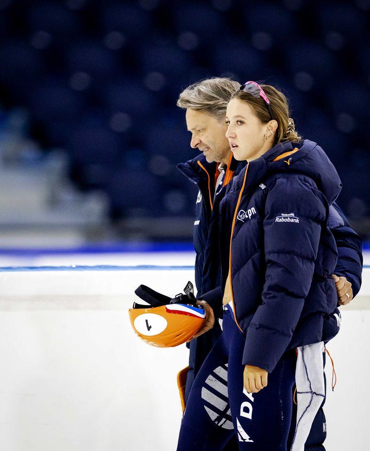 Coach Jeroen Otter en Suzanne Schulting tijdens een training in Thialf.  Beeld ANP