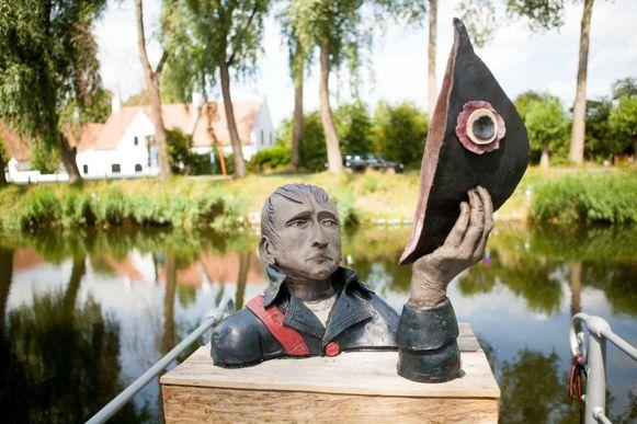 Een beeld van Napoleon op het water van de Damse Vaart.