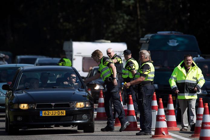 Auto's met en zonder caravan, busjes, vrachtwagens, trekkers: alles wordt gecontroleerd, elke chauffeur moet blazen bij de alcoholcontrole op de maandagochtend na de Zwarte Cross.