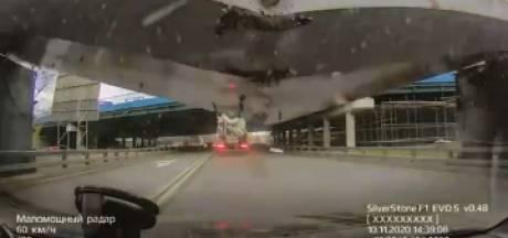 Un camion détruit un pont en construction, une voiture écrasée