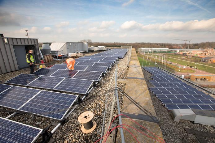 De zonnepanelen worden op het dak van het Sondervick College geplaatst.