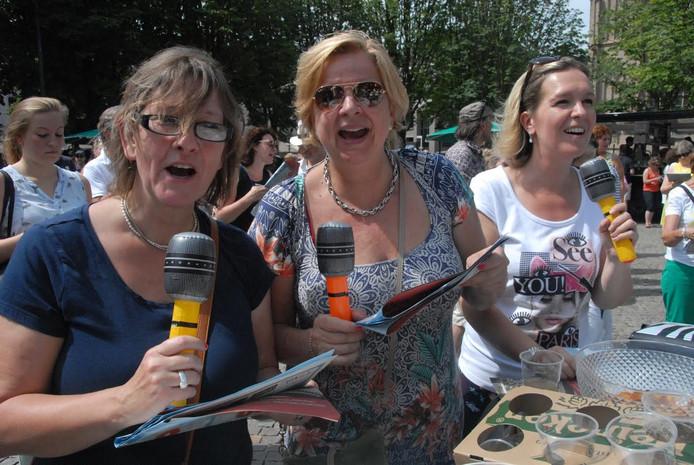 De dolenthousiaste Ilse van der Vaart, geflankeerd door Kristel Molenkamp(l) en Simone Offermans, was opnieuw van de partij.
