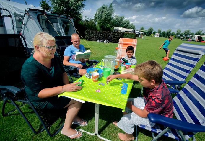 Archieffoto van toeristen op Camping De Kriekenboogerd in Oud-Beijerland.