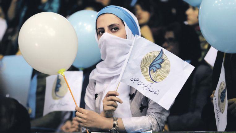 Een van de weinige zichtbare verkiezingsbijeenkomsten van de hervormingsgezinden in Teheran. Campagne wordt vooral binnenshuis en op internet gevoerd. Beeld afp