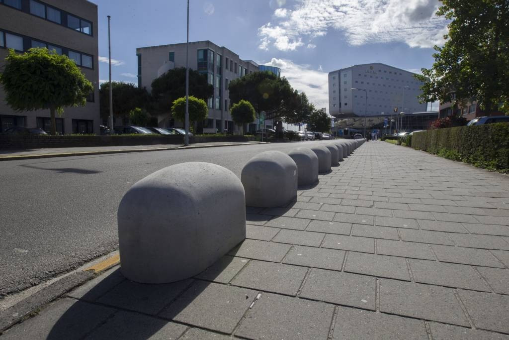 Honderd meter varkensruggen moeten voorkomen dat de taxi's op de Freddy van Riemsdwijkweg stoppen. fotomeulenhof