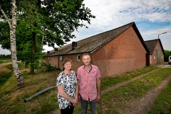 Miriam en Johnny Geraets bij hun varkensbedrijf in Heeze.